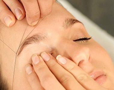 La técnica de depilacion con hilo Hindú para la piel y cejas