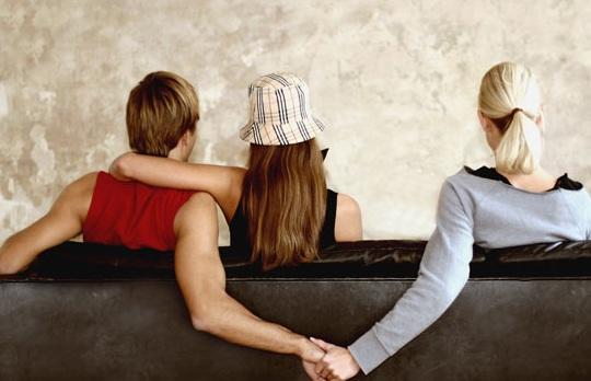 ¿Cuando hay una infidelidad con quién peleas, con tu pareja o la tercera en discordia?