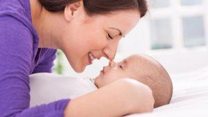 ¿Cómo estimular a los bebés recién nacidos?